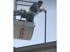 Elektrik teline dolanan güvercin, itfaiye ekipleri tarafından kurtarıldı