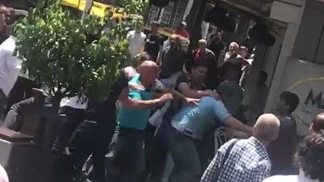 Seyyar satıcılar zabıta memuruna saldırdı!