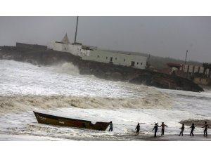 Vayu Kasırgası Hindistan'a yaklaşıyor: 300 bin kişinin tahliyesi sürüyor