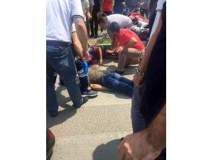 Motosikletliler ambulansa çarptı: 1'i ağır 2 yaralı