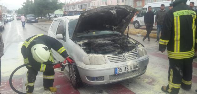 Alev alan otomobili itfaiye söndürdü