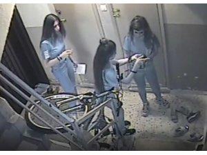 Ayakkabı hırsızı kızlar güvenlik kamerasına yakalandı