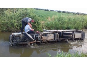 Kamyon sulama kanalına uçtu 2 yaralı