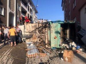 Devrilen kamyonun sürücüsü merdivenle kurtarıldı