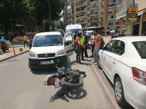 Park halindeki otomobili hareket ettirince motosikletle çarpıştı