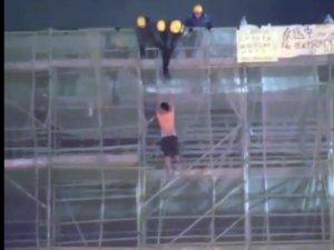 Hong Kong'da pankart asarken ölen göstericinin düşme anı