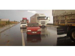 Sel suları Aksaray-Ankara karayolunu kapattı