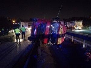 TEM'de kaza yapan tır yola devrildi, 2 saat trafik durdu