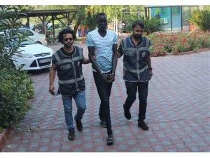 Kemer'de ortalığı birbirine katıp 3 kişiyi yaralayan Sudanlı saldırgan serbest bırakıldı