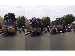 Fren yapan otobüsün üzerinden yola savruldular