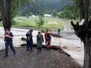 Jandarma dere yatağında mahsur kalan 7 kişiyi kurtardı