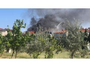 Çorlu'da çatı yangını yandaki apartmana sıçradı