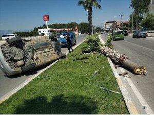 Kontrolden çıkan otomobil refüje çarpıp devrildi