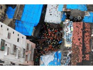 Hindistan'da bina çöktü: 12 ölü, 30 kişi enkaz altında