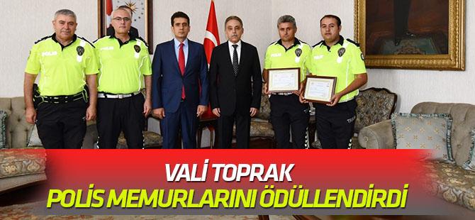 Vali Toprak, Polis Memurlarını Ödüllendirdi.