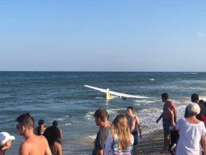 ABD'de arızalanan uçak okyanus kıyısına acil iniş yaptı