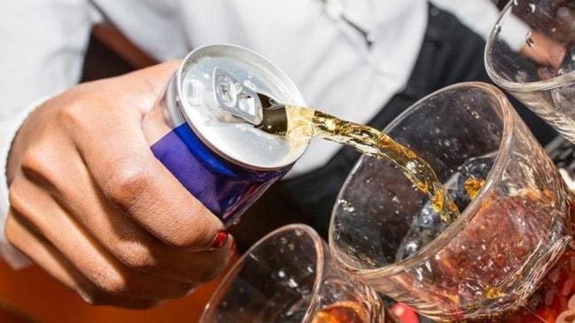 Genç yaşlı herkes içiyor... Türkiye'de de satılan o içeceğe yaş sınırı geliyor