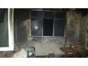 Evin iki odası yangında kül oldu