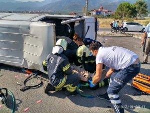 Devrilen minibüste sıkışan sürücüyü itfaiye kurtardı