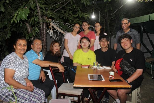 Güney Koreli turistler Karapınar'da bir aileye konuk oldu