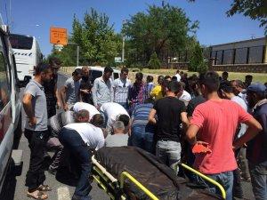 Yolcu otobüsü ile motosiklet çarpıştı: 1 yaralı