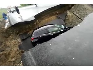 Rusya'da otomobil çukura düştü