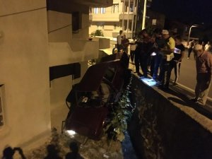 Isparta'da otomobil evin bahçesine uçtu, sürücüsü kaçtı