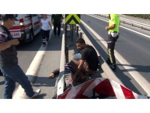 Kaza yapan motosikletlinin imdadına yoldan geçen doktor koştu