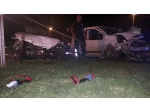 Antalya'da iki otomobil kafa kafaya çarpıştı: 3 yaralı