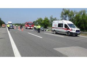 Yabancı plakalı otomobil tıra arkadan çarptı: 3 yaralı