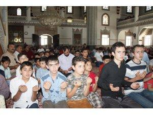 Çocuklar ve aileleri camide buluştu