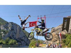 Motosikletle zipline yaptı