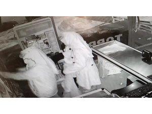 Kadın kıyafetli hırsızlar 50 bin lira değerindeki sigaralarla yakalandı
