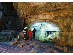 Almanya'da mağarada mahsur kalan 2 kişiden biri kurtarıldı