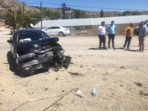 Tosya'da iki otomobil çarpıştı: 3 yaralı
