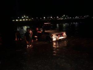 Nehirde araçlarıyla mahsur kalan aileyi itfaiye kurtardı