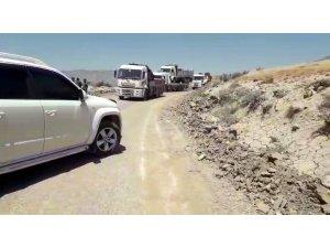 Siirt'te baraj kapaklarının açılmasıyla yol ulaşıma kapandı, araçlar mahsur kaldı