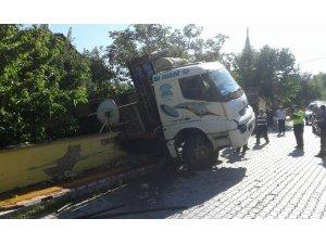 Freni boşalan kamyon, evin bahçesine uçtu: 1 yaralı