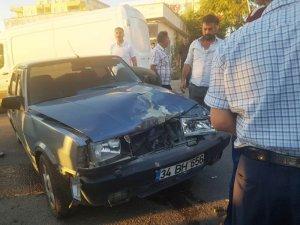 Otomobil yaya şeridindeki araca çarptı: 2 yaralı