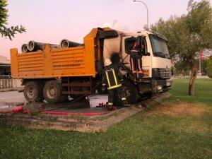 Bursa'da park halindeki kamyon alev alev yandı
