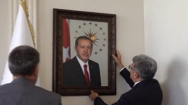 HDP'li başkan indirmişti... Erdoğan'ın fotoğrafı eski yerinde!