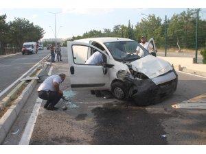 Karşı şeride geçip otomobile çarptı: 3 yaralı