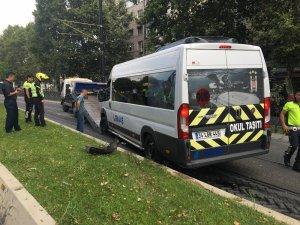 Fatih'te alkollü servis minibüsü şoförü tramvay yolunda kaza yaptı