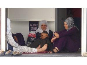 HDP'liler tarafından oğlunun dağa kaçırıldığını öne süren annenin, oturma eylemi sürüyor