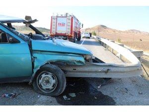 Otomobil bariyerlere ok gibi saplandı: 6 yaralı
