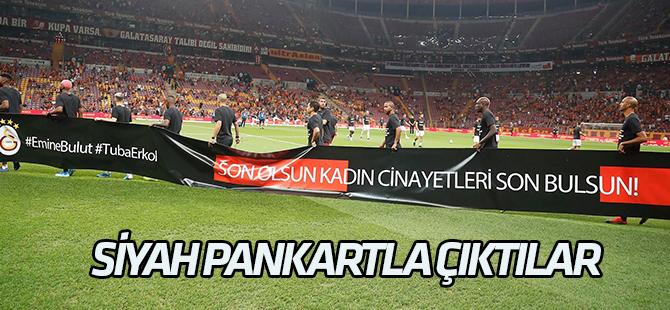 İki takım futbolcuları siyah pankartla çıktılar