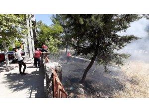 Okul yanındaki bahçede çıkan yangın korkuttu