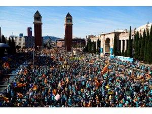 Ayrılıkçı Katalanlar 'Katalonya Ulusal Günü'nde Barselona sokaklarını doldurdu