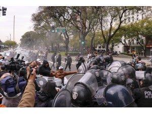 Arjantin'de bakanlık önünde gecelemek isteyen göstericilere müdahale
