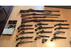 Almanya'da bir evde gizlenmiş çok sayıda silah, kılıç ve bıçak ele geçirildi